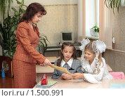 Купить «Учитель дает девочкам листок», эксклюзивное фото № 1500991, снято 11 октября 2007 г. (c) Вячеслав Палес / Фотобанк Лори