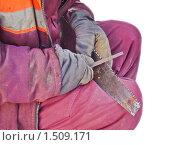 Купить «Рабочий затачивает пилу», эксклюзивное фото № 1509171, снято 19 января 2010 г. (c) Алёшина Оксана / Фотобанк Лори