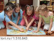 Купить «Девочки рассматривают кару мира», эксклюзивное фото № 1510843, снято 12 ноября 2007 г. (c) Вячеслав Палес / Фотобанк Лори