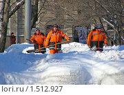 Купить «Дворники убирают снег», эксклюзивное фото № 1512927, снято 16 февраля 2010 г. (c) lana1501 / Фотобанк Лори