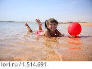 Купить «Девочка с мячиком купается в море. Египет, Красное море, Шарм-эш-Шейх», фото № 1514691, снято 15 февраля 2010 г. (c) Ольга Сапегина / Фотобанк Лори