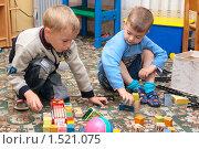 Купить «Дети играют на ковре», эксклюзивное фото № 1521075, снято 10 июля 2007 г. (c) Вячеслав Палес / Фотобанк Лори