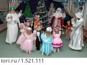 Купить «Дети с Дедом Морозом, Снегурочкой, снеговиком на новогоднем утреннике», эксклюзивное фото № 1521111, снято 24 декабря 2007 г. (c) Вячеслав Палес / Фотобанк Лори