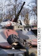 Купить «Шлем танкиста на броне», фото № 1523455, снято 23 февраля 2010 г. (c) Владимир Фаевцов / Фотобанк Лори