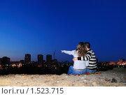 Купить «Влюбленная пара на краю ночного  города. Девушка показывает вдаль», фото № 1523715, снято 23 августа 2009 г. (c) Арестов Андрей Павлович / Фотобанк Лори