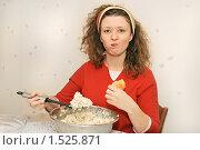 Купить «Юная симпатичная девушка - обжора», фото № 1525871, снято 14 февраля 2010 г. (c) Дмитрий Яковлев / Фотобанк Лори