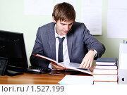 Купить «Молодой мужчина за рабочим столом в офисе», фото № 1527199, снято 31 октября 2009 г. (c) Андрей Аркуша / Фотобанк Лори