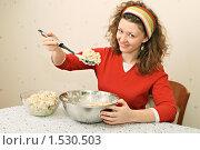 Купить «Юная симпатичная девушка-обжора», фото № 1530503, снято 14 февраля 2010 г. (c) Дмитрий Яковлев / Фотобанк Лори