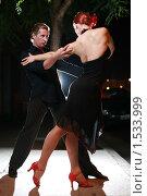 Купить «Пара танцует на улице ночью», фото № 1533999, снято 8 августа 2007 г. (c) Константин Сутягин / Фотобанк Лори