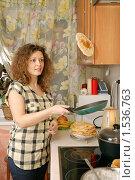 Купить «Девушка, выпекающая блины», фото № 1536763, снято 14 февраля 2010 г. (c) Дмитрий Яковлев / Фотобанк Лори