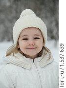Купить «Маленькая девочка в зимнем парке», фото № 1537639, снято 6 марта 2010 г. (c) Дарья Петренко / Фотобанк Лори