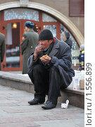 Купить «Бомж на Манежной площади», эксклюзивное фото № 1556899, снято 14 марта 2010 г. (c) Alexei Tavix / Фотобанк Лори
