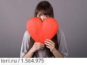 Купить «Девушка с красным сердцем», фото № 1564975, снято 19 февраля 2010 г. (c) Зореслава / Фотобанк Лори