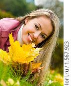 Молодая женщина лежит на траве в осеннем парке. Стоковое фото, фотограф Игорь Губарев / Фотобанк Лори