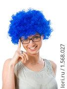 Молодая женщина в синем клоунском парике. Стоковое фото, фотограф Игорь Губарев / Фотобанк Лори