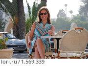 Купить «Девушка за столиком на улице города Сус, Тунис», фото № 1569339, снято 26 июня 2007 г. (c) Сергей Яковлев / Фотобанк Лори