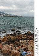 Бездомный спит на каменистом берегу моря (2008 год). Стоковое фото, фотограф Толкачева Мария / Фотобанк Лори