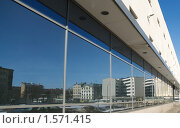 Рига в отражении витрин торгового центра (2010 год). Стоковое фото, фотограф Андрей Лабутин / Фотобанк Лори