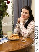 Купить «Молодая женщина за столом в гостиной», фото № 1575919, снято 17 марта 2010 г. (c) Влад Нордвинг / Фотобанк Лори