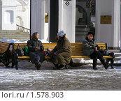 Купить «Москва. Свято-Данилов монастырь. Люди сидят на лавочке», эксклюзивное фото № 1578903, снято 17 марта 2010 г. (c) lana1501 / Фотобанк Лори