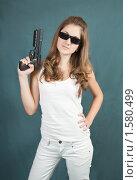 Купить «Девушка с пистолетом», фото № 1580499, снято 21 марта 2010 г. (c) Яков Филимонов / Фотобанк Лори