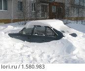 Машина, засыпанная снегом (2010 год). Редакционное фото, фотограф Светлана Пирожук / Фотобанк Лори