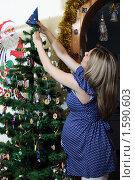 Купить «Беременная женщина наряжает новогоднюю елку», фото № 1590603, снято 25 декабря 2008 г. (c) Андрей Аркуша / Фотобанк Лори