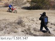 Купить «Фотограф на мотокроссе», фото № 1591147, снято 28 марта 2010 г. (c) Андрей Ижаковский / Фотобанк Лори