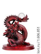 Купить «Статуэтка дракона с жемчужиной, изолированно», фото № 1606851, снято 20 марта 2009 г. (c) Pshenichka / Фотобанк Лори