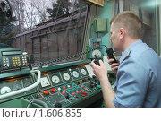 Купить «Машинист локомотива ведет переговоры по внутренней связи», эксклюзивное фото № 1606855, снято 2 апреля 2010 г. (c) Анна Мартынова / Фотобанк Лори