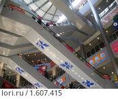 Купить «Сеть эскалаторов в 5-этажном торговом центре», фото № 1607415, снято 4 апреля 2010 г. (c) Людмила Банникова / Фотобанк Лори