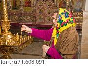 Купить «Пожилая прихожанка ставит свечку», фото № 1608091, снято 4 апреля 2010 г. (c) Анатолий Ефимов / Фотобанк Лори