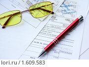 Очки, ручка, чеки (2010 год). Редакционное фото, фотограф Елена Гришина / Фотобанк Лори