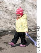 Ребенок гуляет весной с лопатой (2010 год). Редакционное фото, фотограф Марина М. / Фотобанк Лори