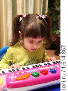 Купить «Девочка играет на музыкальном инструменте», фото № 1614867, снято 8 апреля 2010 г. (c) Дорощенко Элла / Фотобанк Лори