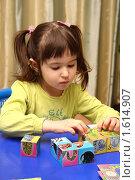 Купить «Девочка играет с кубиками», фото № 1614907, снято 8 апреля 2010 г. (c) Дорощенко Элла / Фотобанк Лори