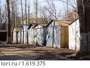 Купить «Гаражи во дворе жилого дома», фото № 1619375, снято 10 апреля 2010 г. (c) Илюхина Наталья / Фотобанк Лори