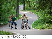 Купить «Подростки на роликовых коньках», фото № 1620135, снято 27 мая 2009 г. (c) Фурсов Алексей / Фотобанк Лори