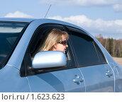 Женщина в автомобиле смотрит назад. Стоковое фото, фотограф Анфимов Леонид / Фотобанк Лори