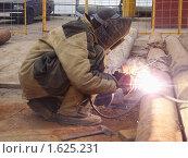 Купить «Сварщик за работой», эксклюзивное фото № 1625231, снято 12 апреля 2010 г. (c) Алёшина Оксана / Фотобанк Лори