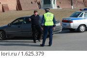 Купить «Инспектор ДПС беседует с нарушителем», фото № 1625379, снято 10 апреля 2010 г. (c) Alechandro / Фотобанк Лори