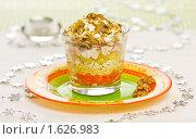 Купить «Слоёный салат с курицей, грибами и грецкими орехами, сервированный в стакане», эксклюзивное фото № 1626983, снято 13 апреля 2010 г. (c) Давид Мзареулян / Фотобанк Лори