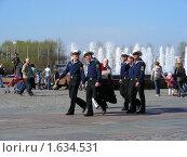 Купить «Матросы гуляют в  Парке Победы на Поклонной Горе. Москва», эксклюзивное фото № 1634531, снято 1 мая 2009 г. (c) lana1501 / Фотобанк Лори