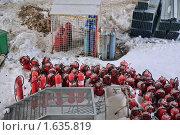Купить «Огнетушители и газовые баллоны на стройплощадке», эксклюзивное фото № 1635819, снято 13 марта 2010 г. (c) Алёшина Оксана / Фотобанк Лори