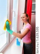 Купить «Девушка моющая окно», фото № 1639595, снято 27 марта 2010 г. (c) Гладских Татьяна / Фотобанк Лори