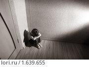 Купить «Расстроенный мальчик в углу комнаты», фото № 1639655, снято 27 марта 2010 г. (c) Гладских Татьяна / Фотобанк Лори