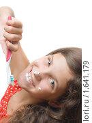 Купить «Девочка с зубной щеткой и пастой», фото № 1641179, снято 23 октября 2019 г. (c) Яна Гуляновская / Фотобанк Лори