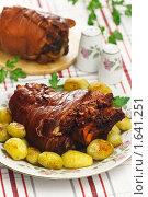 Купить «Рулька свиная отварная с луковой шелухой с молодой картошкой», эксклюзивное фото № 1641251, снято 19 апреля 2010 г. (c) Лисовская Наталья / Фотобанк Лори