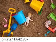 Брошенные игрушки в песочнице. Стоковое фото, фотограф Losevsky Pavel / Фотобанк Лори