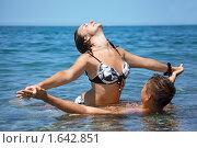 Купить «Счастливая семейная пара купается в море», фото № 1642851, снято 12 июля 2009 г. (c) Losevsky Pavel / Фотобанк Лори